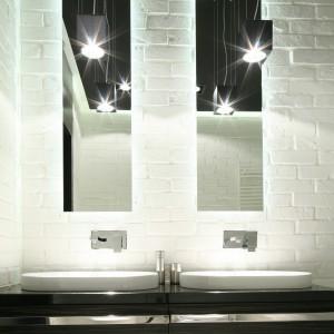 Oświetlenie to ważny detal aranżacyjny: w łazience w stylu industrialnym oszczędność form i surowy klimat wnętrza podkreślają lampy o prostych, kubistycznych kształtach. Projekt: Dominik Respondek. Fot. Bartosz Jarosz.
