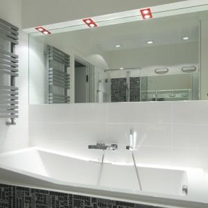 Dwa rzędy opraw halogenowych stanowią oświetlenie łazienki skierowane na dwie strefy: kąpielową i sanitarną. Projekt: Katarzyna Mikulska-Sękalska. Fot. Bartosz Jarosz