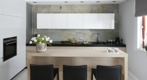 Beże, brązy, zielenie czy szarości, czyli barwy ziemi, są eleganckie a zarazem kojarzą się z czystą i spokojną naturą. Dlatego idealnie sprawdzą się w kuchni. Zobaczcie sami.