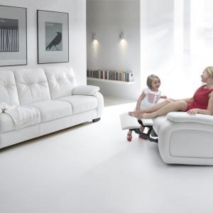 Salon w bieli. Modne meble i dodatki
