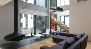 Rolety okienne są idealnym rozwiązaniem dla osób znudzonych standardowymi zasłonami oraz firanami. Zapewniają ochronę przed nadmiernym słońcem i ciekawością sąsiadów, a zarazem są nie lada dekoracją okna.