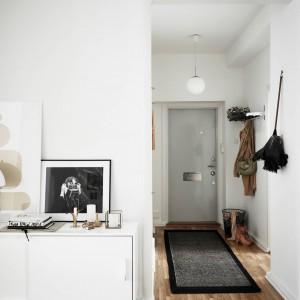 W przedpokoju, sali kominkowej i salonie podłogi pokryto pięknym dębowym parkietem, ułożonym w klasyczną jodełkę. Fot. Stadshem.