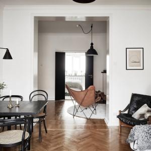 Pomiędzy salonem, a sypialnią, na końcu idącego przez mieszkanie przedpokoju, urządzono salę kominkową. Fot. Stadshem.