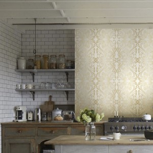 Naklejka imitująca wzorem tradycyjną tapetę. Pięknie prezentuje się w klasycznej kuchni z tradycyjnymi białymi kaflami i stylizowanymi meblami. Fot. Redro.