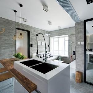 Kuchnia została otwarta na salon. Symbolicznie pomieszczenia te odgradza od siebie modna wyspa o nowoczesnej formie, z podblatowym zlewozmywakiem. Biel i proste linie hołdują minimalizmowi we wnętrzach. Projekt: Millimeter Interior Design. Fot. Millimeter Interior Design.