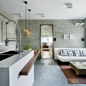 Z przestrzeni kuchni z salonem przechodzimy wąskim korytarzem do sypialni, zlokalizowanej na podejście. Prowadzą do niej niewielkie, dwustopniowe schodki. Projekt: Millimeter Interior Design. Fot. Millimeter Interior Design.