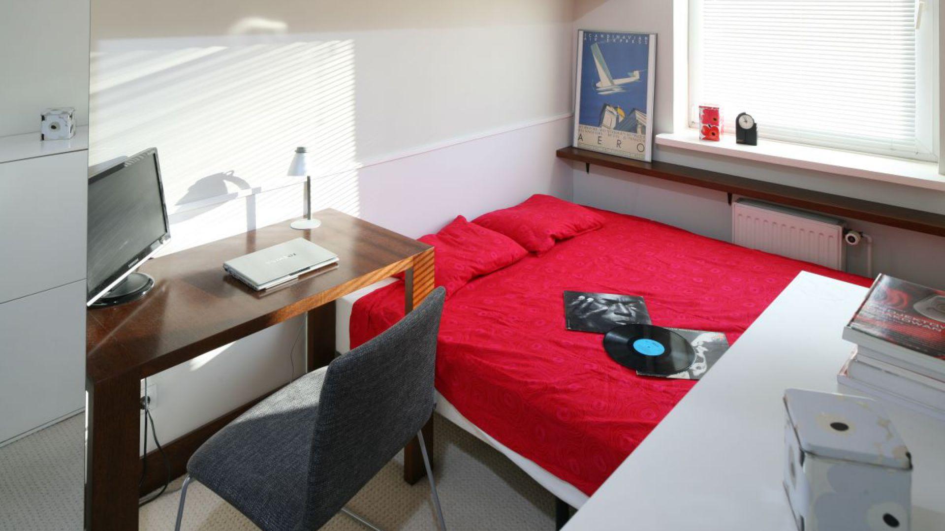 Mała sypialnię urządzono funkcjonalnie. Na niewielkiej powierzchni udało się wygospodarować miejsce na łóżko, szafę oraz wygodne miejsce do pracy. Fot. Bartosz Jarosz.