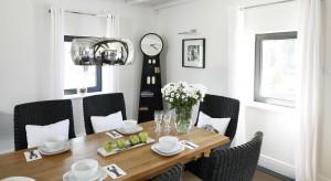 Właściwie dobrane oświetlenie jest jednym z ważniejszych elementów aranżacji jadalni. Nie tylko oświetla stół, lecz również podkreśla wyjątkowy wygląd wnętrza i podsyca apetyt.
