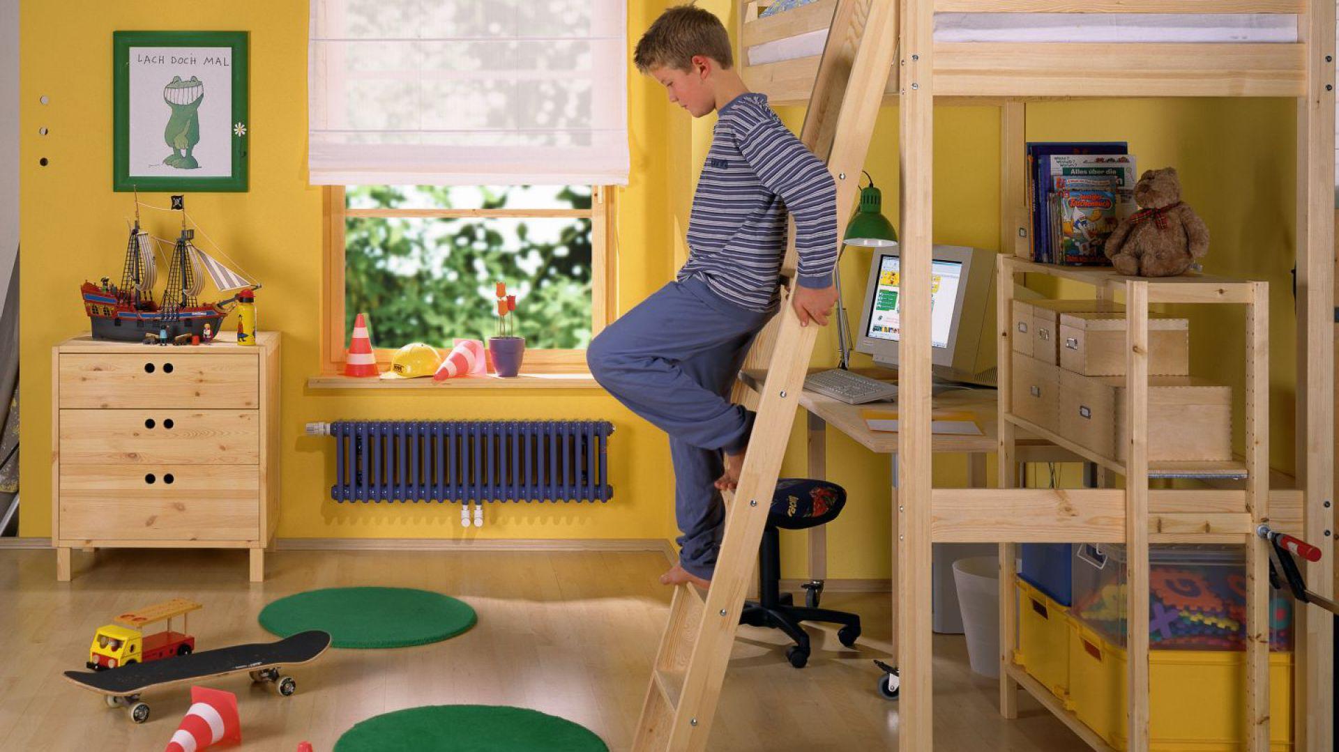 Łóżko na antresoli, z umieszczonym pod nim biurkiem pozwala zaoszczędzić przestrzeń wielkości materaca. Fot. Zehnder Charleston.