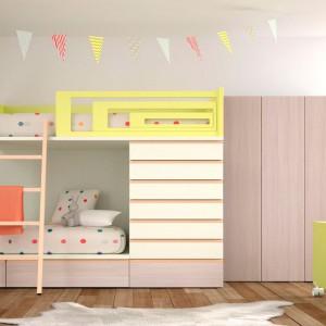 Łóżko piętrowe połączone z szafą to praktyczna propozycja do pokoju dziecka. Fot. Lagrama.