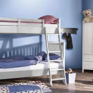 Uniwersalne białe łóżko piętrowe z kolekcji White marki My Room to rozwiązanie do wspólnego pokoju dziewczynki i chłopca. Fot. My Room.