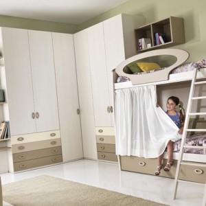 Łóżko piętrowe z dekoracyjną balustradą w owalnym kształcie, połączone z praktyczną szafą narożną. Fot. Giessegi.