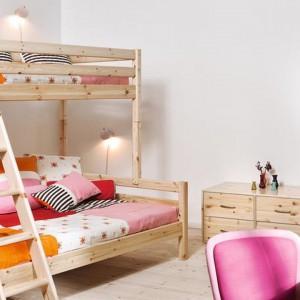 Proste łóżko piętrowe z jasnego drewna. W  zależności od koloru pościeli może służyć chłopcom, jak i dziewczynkom. Fot.  Scandikids.