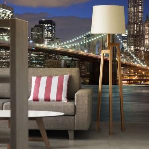 Gdy salon z widokiem na brookliński most to za mało, można zawsze wybrać wersję z podświetleniem. Na fototapecie w salonie umili każdy wieczór. Fot. Livingstyle.pl.