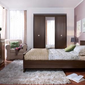 Sypialnia Oregon z szafą o klasycznym wyglądzie dobrze sprawdzi się w tradycyjnie urządzonych wnętrzach. Szafa z lustrem stanowi praktyczne rozwiązanie. Fot. Black Red White.