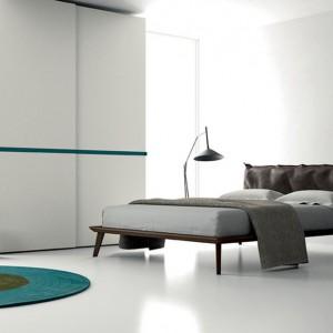 Białe, gładkie korpusy i fronty szafy z delikatnym dekorem stanowią doskonałe dopełnienie nowoczesnej, minimalistycznej sypialni. Fot.  Dall'Agnese.