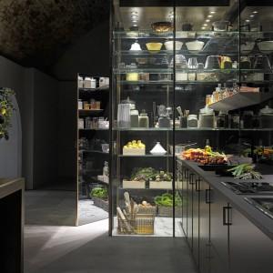 Przestrzeń do przechowywania produktów nie musi być ciemną spiżarnią. Może wyglądać nowocześnie, a być równie skuteczna w ochronie żywności. Fot. Poggenpohl.