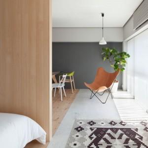 Wzorzysty dywan wprowadza element przytulnego, domowego klimatu do wnętrza, w którym dominują proste formy i oszczędność dekoracyjna. Projekt: Chikara Ohno/Sinato. Fot. Toshiyuki Yano.