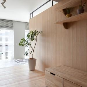 Na ściance działowej zlokalizowanono praktyczne półki, wbudowano również pojemne szuflady. Projekt: Chikara Ohno/Sinato. Fot. Toshiyuki Yano.