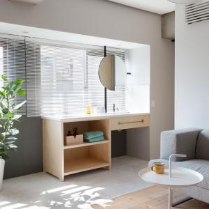 Jednym z jej elementów jest umywalka, zokalizowana w bezpośrednim sąsiedztwie z salonem. Ponieważ została umiejscowiona pod oknem, lustro zamontowano na efektownie wyglądającym, czarnym stojaku. Projekt: Chikara Ohno/Sinato. Fot. Toshiyuki Yano.