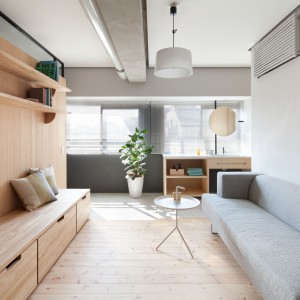 Ścianka działowa jest nie tylko elementem konstrukcyjnym. Pełni również funkcję oryginalnej dekoracji oraz praktycznego mebla. Zlokalizowano na niej praktyczne półki, wbudowano pojemne szuflady. Może również posłużyć za siedzisko. Projekt: Chikara Ohno/Sinato. Fot. Toshiyuki Yano.