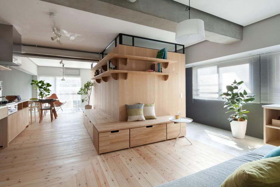 Niemal wszystkie funkcje mieszkania zlokalizowano w obrębie otwartej przestrzeni. W centrum postawiono drewnianą ściankę w kształcie litery L. Projekt: Chikara Ohno/Sinato. Fot. Toshiyuki Yano.