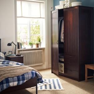 Szafa Musken z dwoma drzwiami i trzema szufladami. Wewnątrz znajdziemy miejsce na wieszaki oraz regulowane półki, które pomogą zagospodarować przestrzeń w zależności od potrzeb. Fot. IKEA