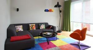 Jeden lub dwa, w komplecie lub zupełnie różniące się od siebie. Fotele, bo o nich mowa, to– oprócz sofy – najczęściej wybierane elementy wyposażenia salonu. Zobaczcie jak można je ustawić.