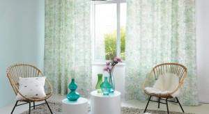 Zasłony i firany to nie tylko praktyczna ozdoba okien, ale też prosty sposób na ciekawą aranżację całego wnętrza. Jak dobrać idealne tkaniny, żeby były ozdobą naszego salonu? Oto kilka praktycznych wskazówek.