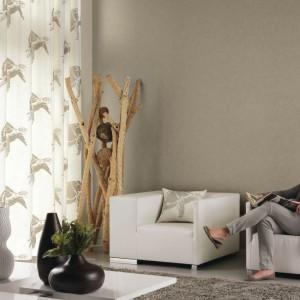 Kremowa, lekka tkanina w delikatne wzory z kolekcji Austral Casadeco to propozycja do jasnego salonu. Fot. Casadeco.