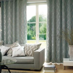 Szara tkanina z żakardowym wzorem sprawdzi się we wnętrzach w stylu klasycznym. Kolekcja Origins marki Casadeco. Fot. Casadeco.