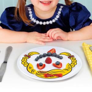 Talerz z zarysem buzi dziewczynki, w której można zaznaczyć oczy nos i usta z owoców czy warzyw. Fot. The Gift Oasis.