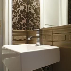 W stylowej łazience dobrze prezentują się nowoczesne formy wyposażenia. Projekt: Małgorzata Szajbel-Żukowska, Maria Żychiewicz. Fot. Bartosz Jarosz.