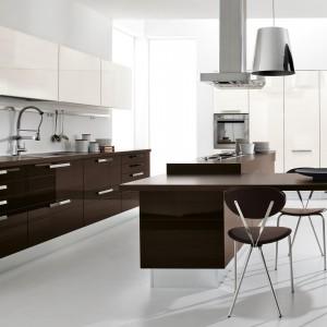 W dużych kuchniach dobrym rozwiązaniem jest wyspa kuchenna. Kuchnia Fabiana marki Lube Cucine. Fot. Lube Cucine.