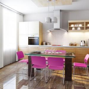 Czasem wystarczy kupić kilka kolorowych dodatków, takich jak krzesła czy gustowny kosz na śmieci, aby szybko odświeżyć aranżację kuchni. Fot. Brabantia.