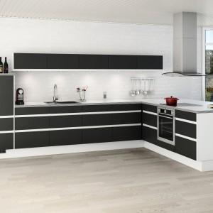 W nowoczesnej, czarno-białej kuchni, górne szafki komponują się kolorystycznie z innymi meblami. Białe korpusy stanowią estetyczną ramę dla czarnych frontów. Długa, niska szafka rozciąga się w poziomie, tworząc elegancki efekt. Fot. Nettoline, kuchnia Sienna Black&White.