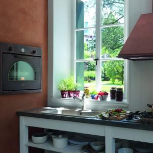 Do klasycznej kuchni jak znalazł będzie stylizowany piekarnik z manualnymi pokrętłami oraz miedziany okap w stylu retro. Nadadzą one szlachetności wystrojowi kuchni. Fot. Franke.
