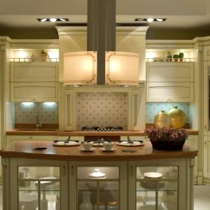 Bogato zdobiona kuchnia z frezowanymi frontami, wzorzystą tapetą i pozłacanymi zdobieniami na meblach wymaga odpowiedniego wyposażenia. Idealnie odnajduje się w tej stylistyce okap Mirabilia. Efektownie rozświetlony, z barokowym wzorem, pasuje jak znalazł do kuchni pełnej przepychu. Fot. Falmec.