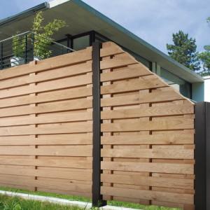 Drewniane ogrodzenie złożone z poziomych elementów skutecznie odgrodzi naszą posesję przed wzorkiem sąsiadów. Fot. Menz Holtz.