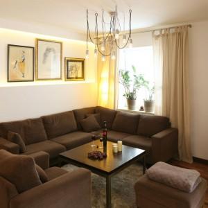 Niewielki salon urządzono w przyjaznych brązach, które idealnie komponują się z beżem ścian. Projekt: Marcin Lewandowicz. Fot. Bartosz Jarosz.