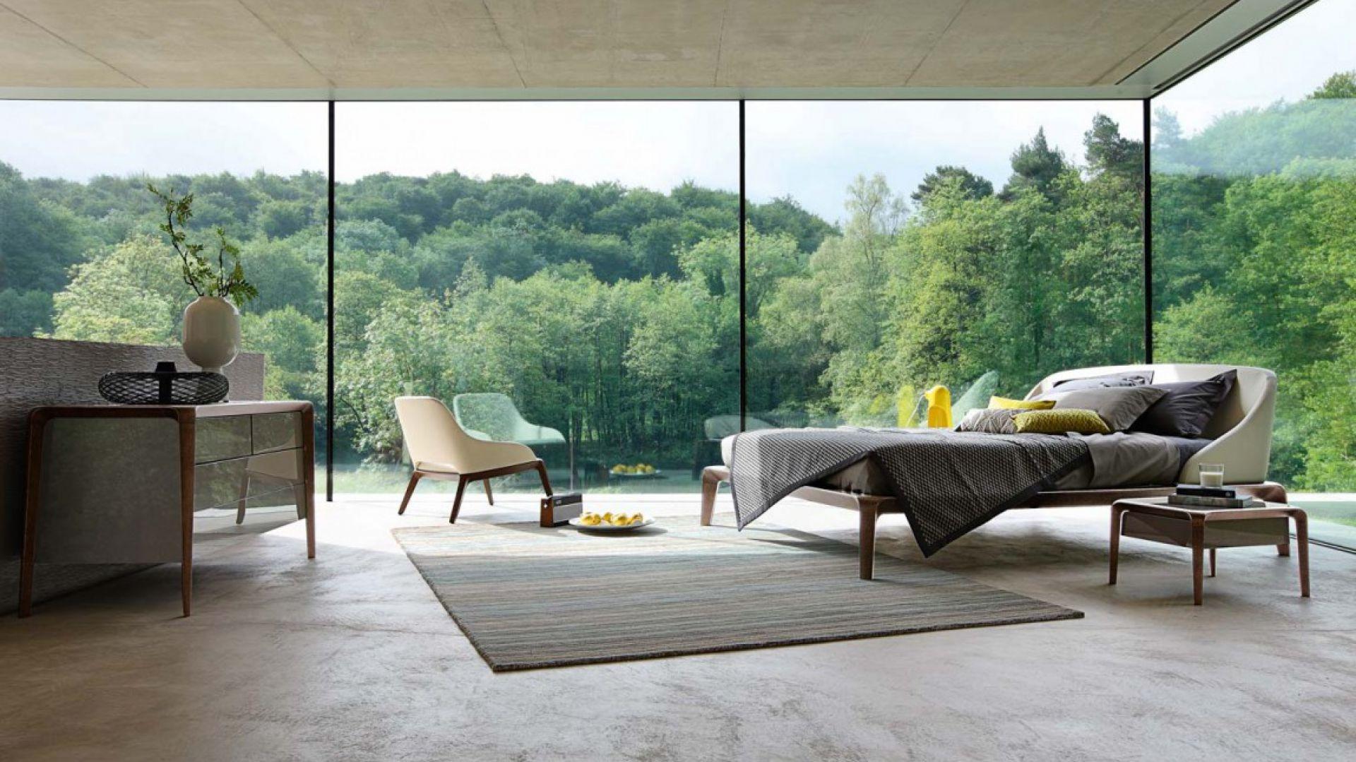 Łóżko Brio z tapicerowanym, profilowanym zagłówkiem. Posiada lekką podstawę, która we wnętrzu projektuje się wyjątkowo delikatnie. Projekt: Sacha Lakic. Fot. Roche Bobois.
