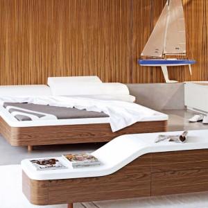 Sypialnia Marina o zaokrąglonych bokach i wyraźnym rysunku drewna. Projekt: Sacha Lakic. Fot. Roche Bobois.