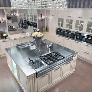Blask luksusowej kolekcji potęgują lustra, w których odbija się się elementy stalowe oraz biżuteryjne oświetlenie kuchni. Fot. Brummel Cucine.