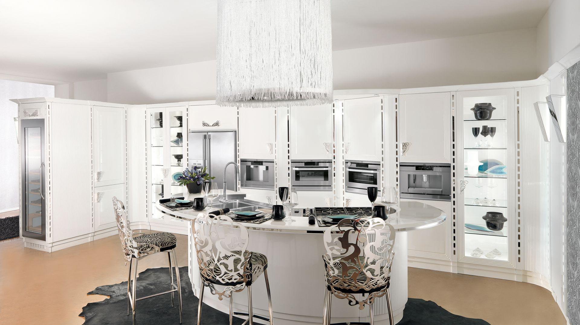 Subtelne zdobienia frontów zabudowy podkreślają unikatowy charakter projektu. Kropką nad i w tej luksusowej kuchni jest eleganckie, biżuteryjne oświetlenie. Fot. Brummel Cucine.