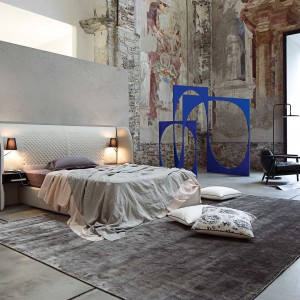 Łóżko Cherche Midi z ciekawą formą zagłówka. Projekt: Eric Gizard. Fot. Roche Bobois.