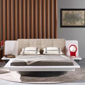 Łóżko Bagatelle z wbudowanymi półkami, które świetnie sprawdzają się jako miejsce na lampkę nocną. Projekt: Luigi Gorgoni. Fot. Roche Bobois.
