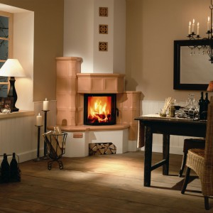 Aranżacja nr 127 wykorzystuje kafle piecowe Sommerhuber, które występują w ponad 60-ciu glazurach oraz wszystkich możliwych i potrzebnych kształtkach. Wkład kominowy zapewnia piękną i dużą ekspozycją ognia. Wycena indywidualna, Buławski Ogniska Domowe.