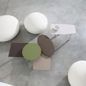 Niewielkie stoliki Collage można wykorzystać w salonie pojedynczo lub w zestawie. Fot. Bonaldo.