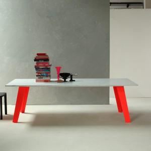 Kolorowe nogi stołu Welded wzbogacają formę tego prostego mebla. Fot. Bonaldo.