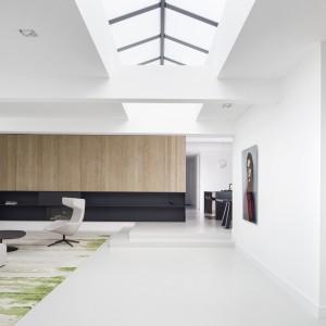 Przestrzenne wnętrza zachwyca eleganckimi dodatkami, panującym w nim porządkiem, brakiem zbędnych dekoracji i imponującą ilością światła. Projekt: i29 interior architects. Fot. Ewout Huibers.